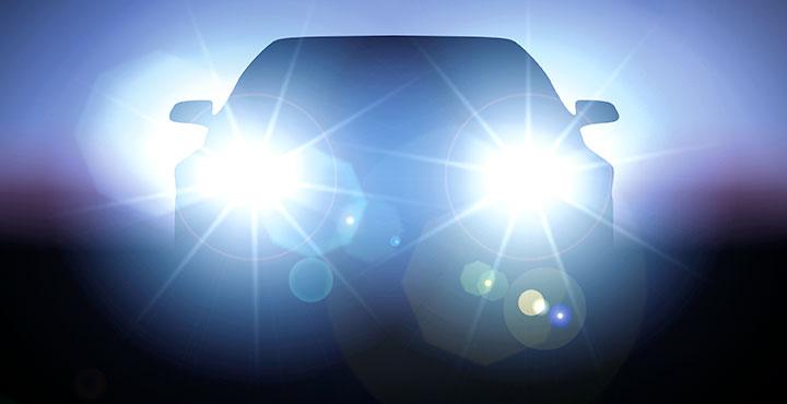 Fahrzeug mit blendend hellen Scheinwerfern