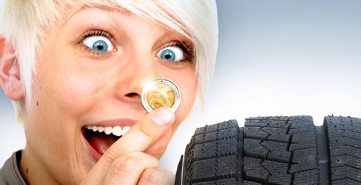 Frau mit 2-Euro-Stück und Reifen